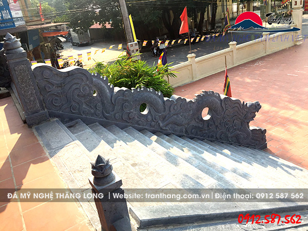 Mẫu rồng đá bực thềm được lắp đặt tại Đình làng văn hóa