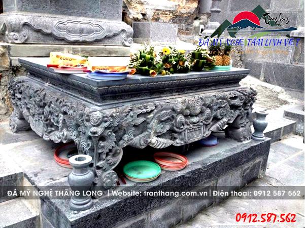 Sập đá (tên gọi khác của bàn thờ đá) thờ cúng tâm linh chạm khắc hoa văn tinh xảo.