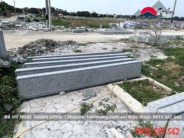 Mẫu đá tam cấp nguyên khối chiều dài 2,5 m tại xưởng.