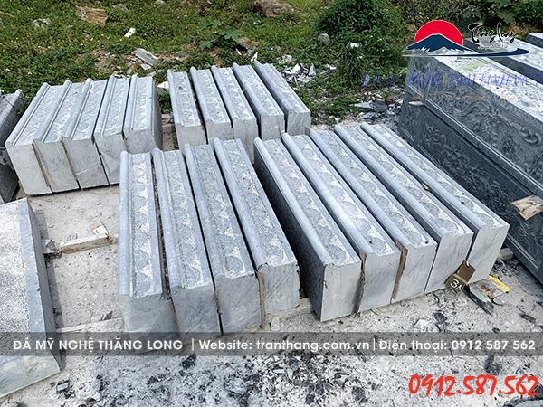 Hình ảnh bậc tam cấp đá tự nhiên tại xưởng sản xuất.