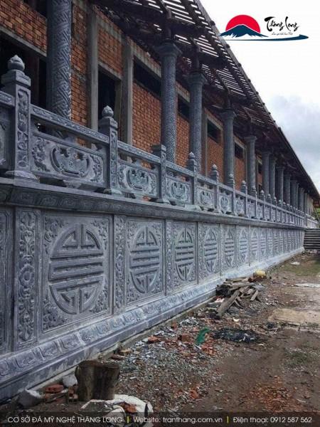 Cột đá và hàng rào