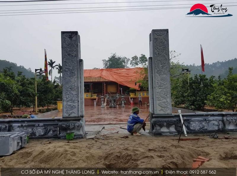 2 cột bằng đá làm cổng