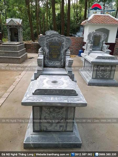 Hình ảnh phía trước ngôi mộ đá đơn giản