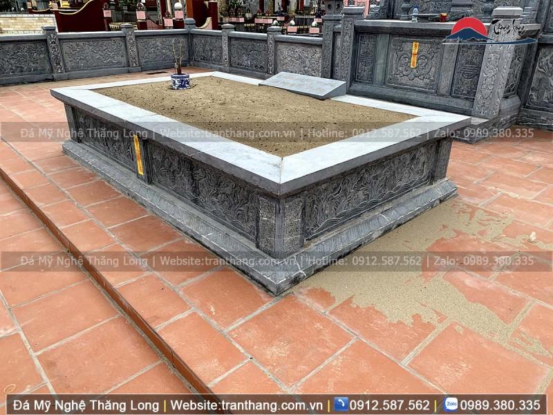 lăng mộ đá chứa một mộ đơn giản