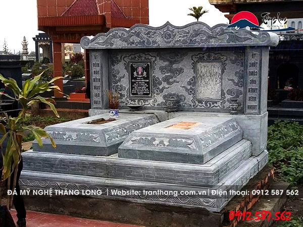 Xây dựng mộ đôi bằng đá tự nhiên nguyên khối.