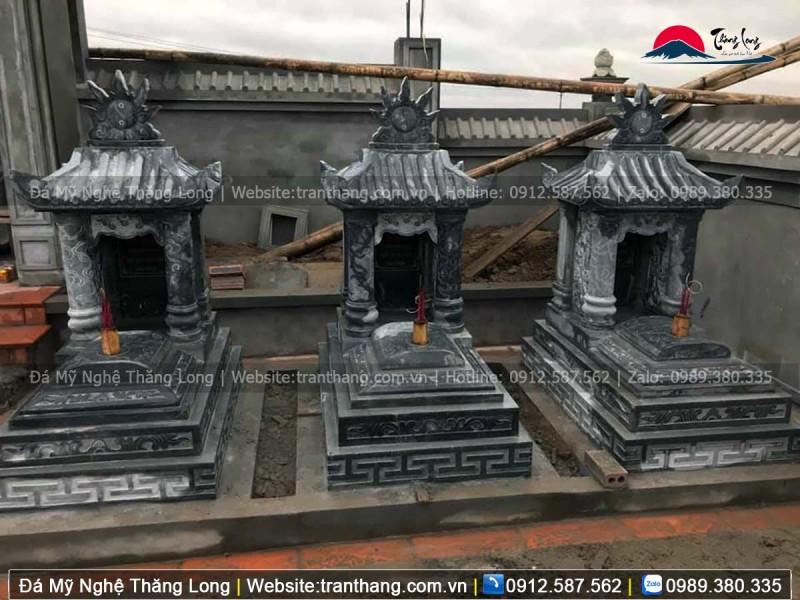 Mái mộ gồm ngói và cột chống