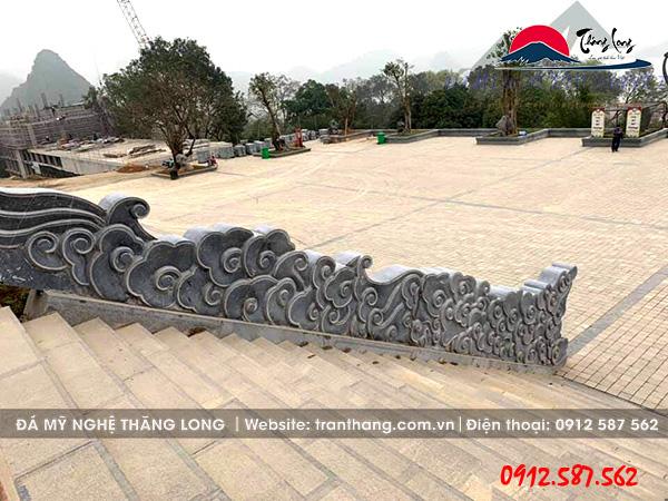 Hình ảnh rồng mây bằng dá xanh nguyên khối đặt tại khu di tích Chùa Tam Chúc.