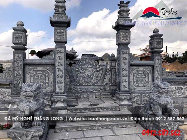 đôi nghê đá canh giữ khu lăng mộ