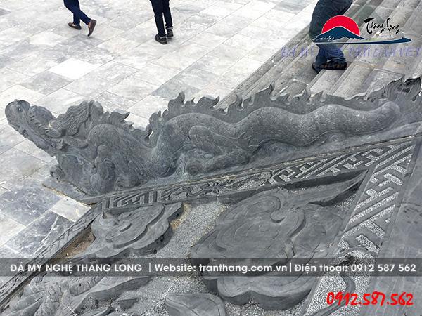 Tượng rồng đá tại quảng trường Đinh Tiên Hoàng Đế.